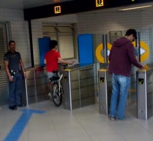 Ciclista ingresando al subte den San Pablo